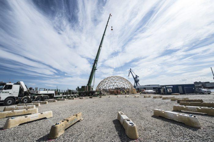 Dome of Visions Foto af Helle Arensbak Onsdag d. 31. august blev første løft foretaget på Pier 2. Domen skulle løftes over på anbragte betonklodser og stå standby til det lille etagebyggeri er færdigt.