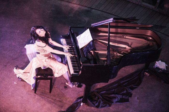 Eriko Makimura er japansk pianist og sammen med din danser fortæller de om tidens trends i Japan gennem musik og dans.