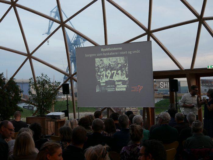 Byaktivisterne viser Livet mellem husene af Jan Gehl i Dome of Visions